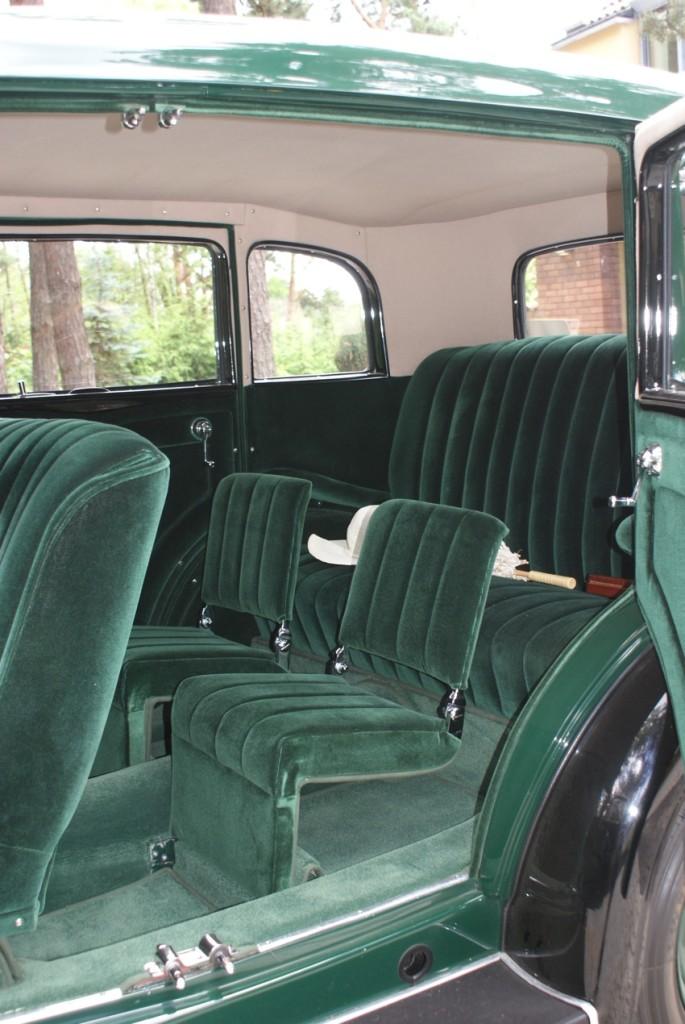 Widoczne małe siedzenia to tzw.stropontery składane siedzenia do zabrania dodatkowych pasażerów na krótkich trasach, kanapa z tyłu jest na sprężynach, czyli mega wygodna!