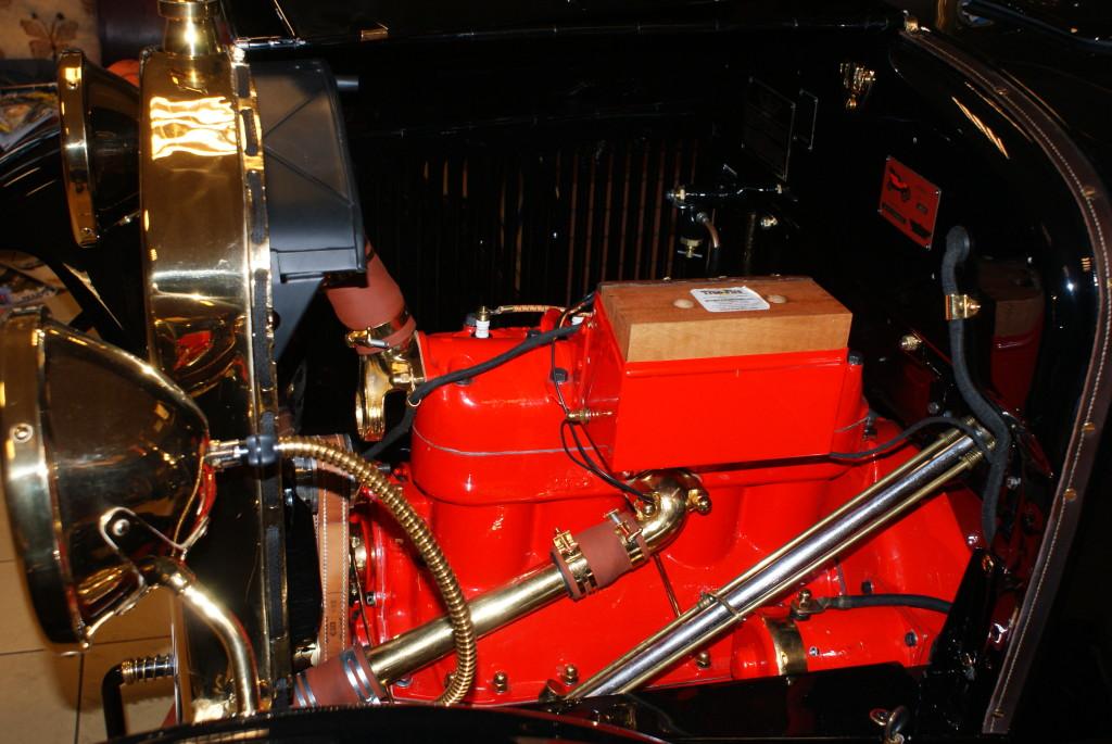Silnik od strony puszki zapłonu, brakuje pokrywy bo nie udało mi się jej odzyskać po akcji duetu specjalistów od renowacji.