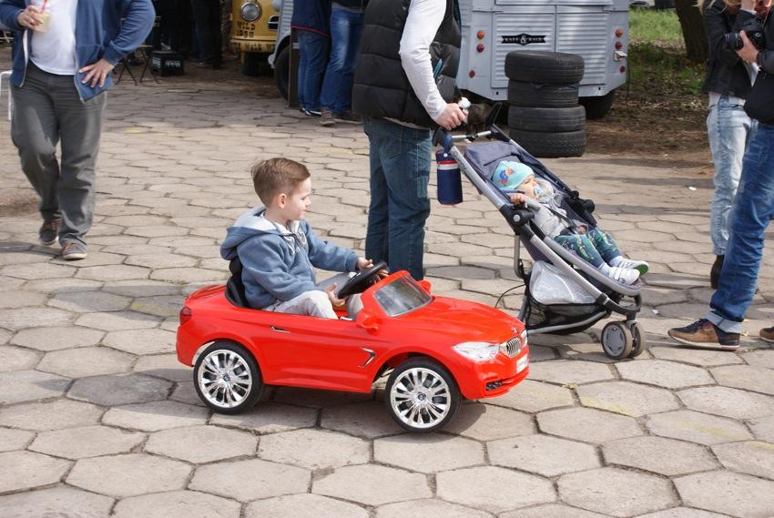 Jedyny zmotoryzowany i to bez uprawnień w klasie baby. I pytanie czy lepiej pchać w wózku czy kupić mu brykę? Pewnie że brykę!