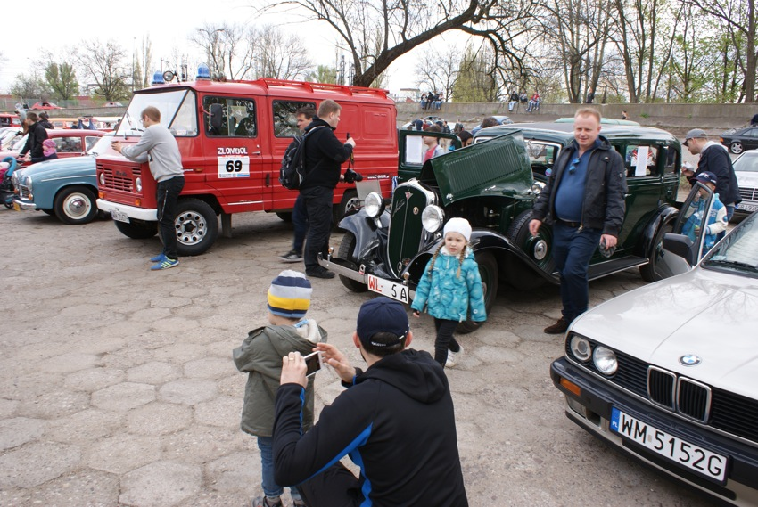 Mój Fiacior cieszył się sporym zainteresowaniem publiczności, zaparkowaliśmy obok naszego znajomego, którego poznaliśmy na Spotach pod Stadionem, i jego Zuk strażacki.