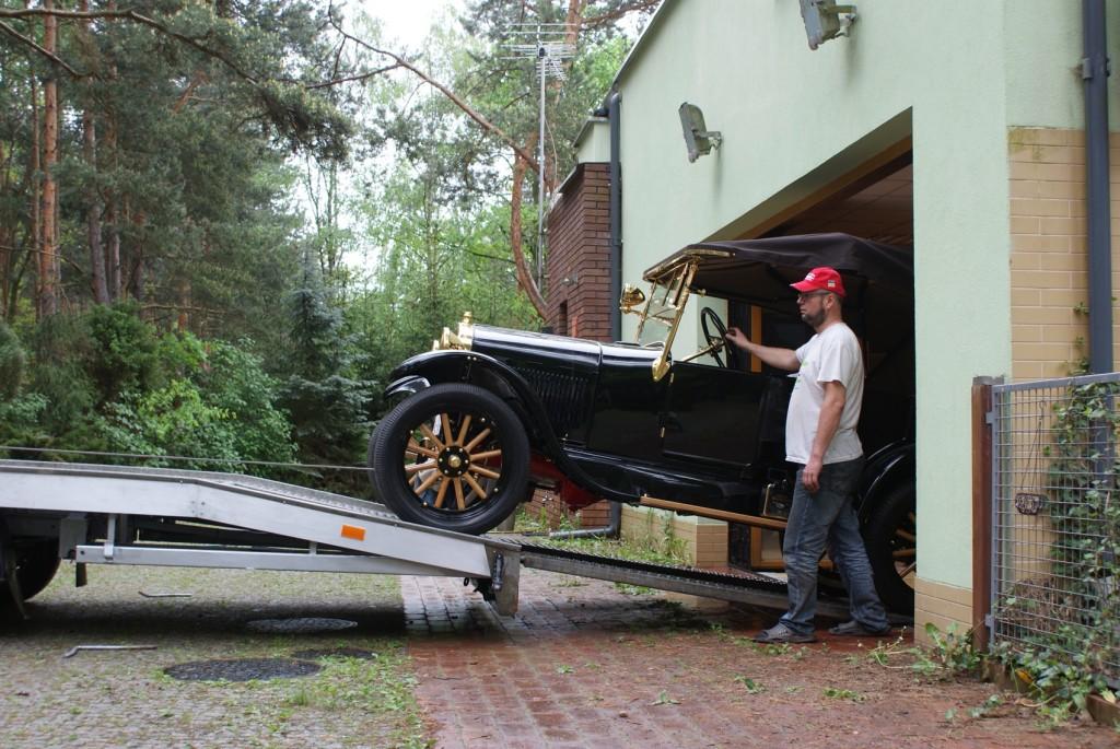 Wyjeżdzamy z garażu, jest to pierwsza prezntacja publiczna Forda modelu T z 1924 roku po starannej odbudowie.