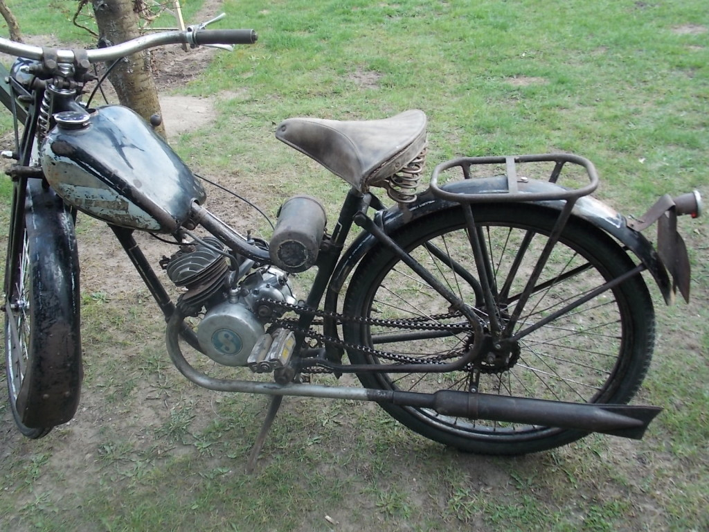 Moped posiada bagażnik, nie przewidywano wersji dwuosobowej