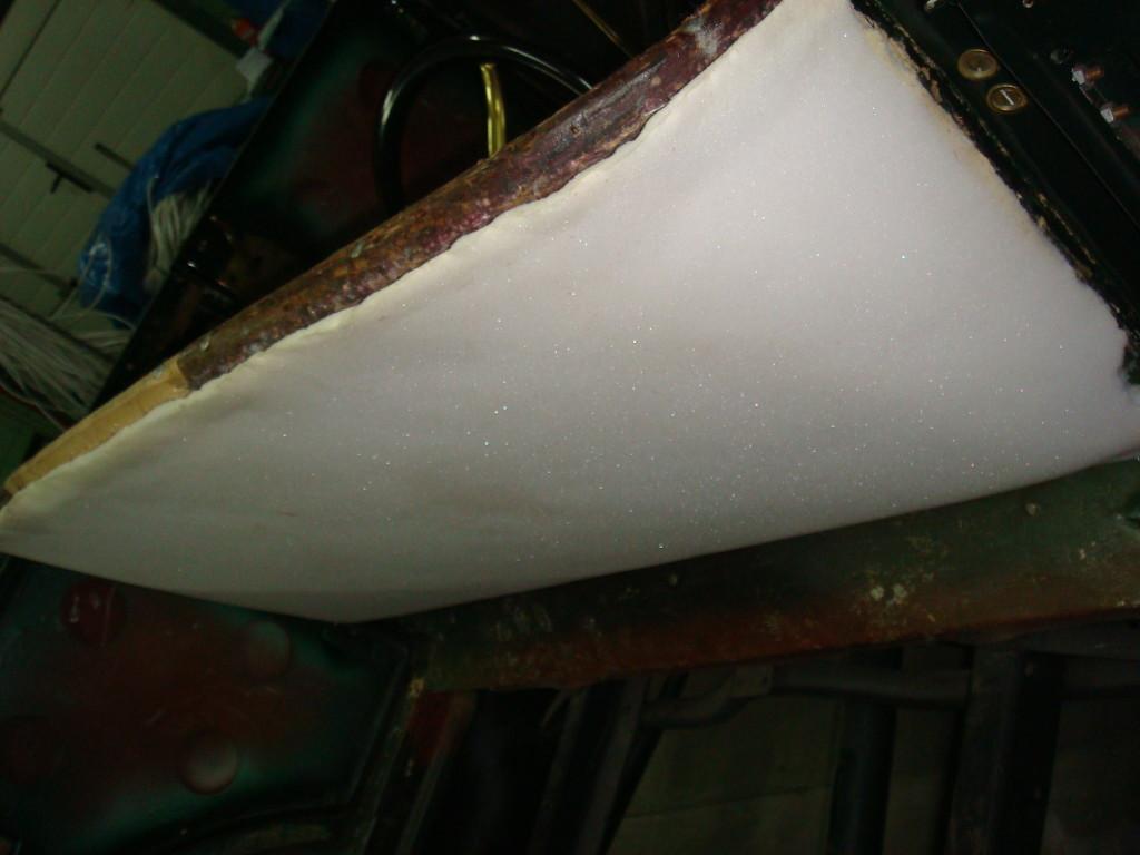Tylna część oparcia kanapy, czy w 1924 roku była gąbka? chyba nie! Ale część listewek tapicerskich na bank jest z tego roku.